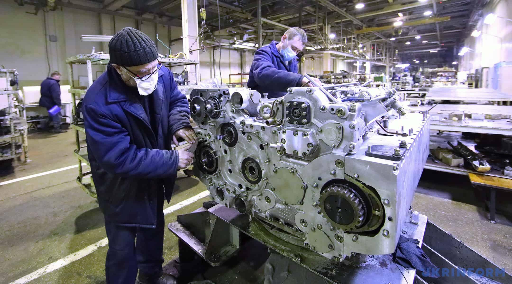 Процес збирання танкового двигуна на ДП «Завод імені Малишева»