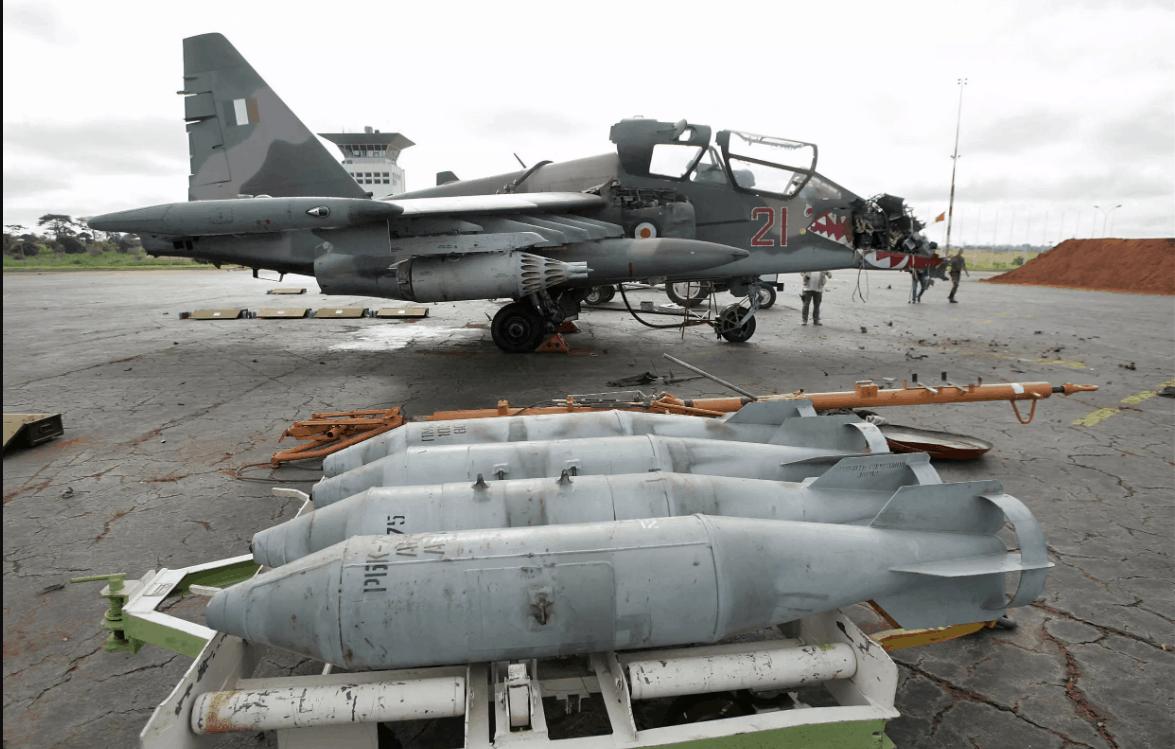 Су-25 урядових сил Кот-д'Івуар в аеропорту Ямусукро 7 листопада 2004 після удару ВПС Франції, який став відповіддю на бомбардування бази французьких миротворців в Буаке днем раніше. © AFP - Pascal Guyot