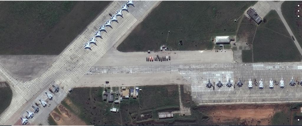 Російський літак Су-30 на авіабазі Сакі в Криму. Супутникове зображення, зроблене 16 квітня. Супутникове зображення © 2021 Maxar Technologies