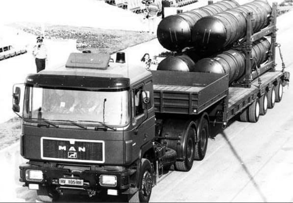 Транспортно-пускові контейнери до ЗРК С-300 під час параду у Хорватії