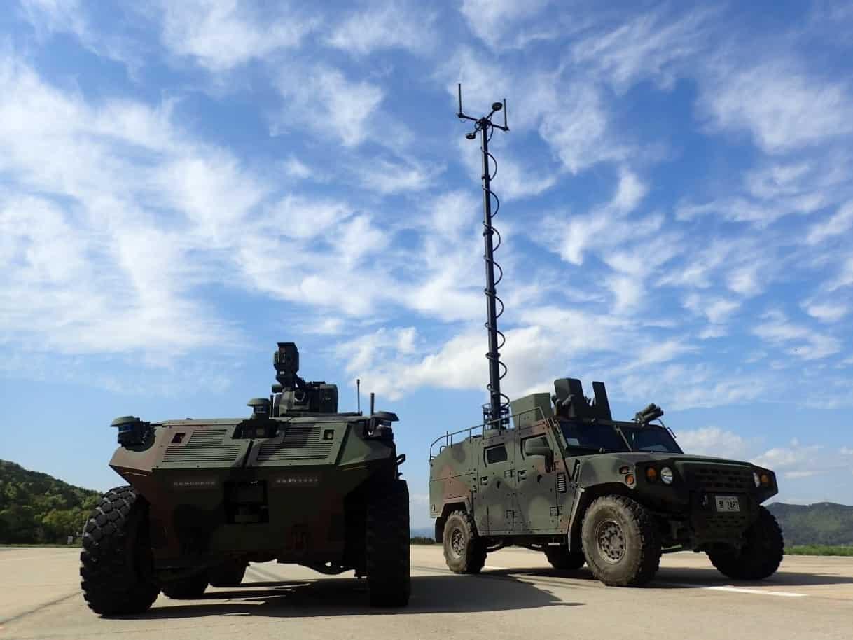 Наземна бойова машина USV разом з машиною управління