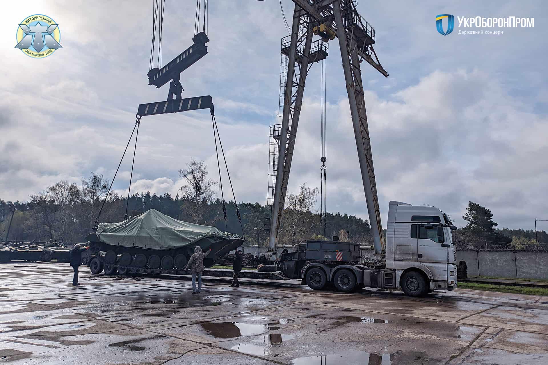 Завантаження бойової машини піхоти БМП-2 на автотрал