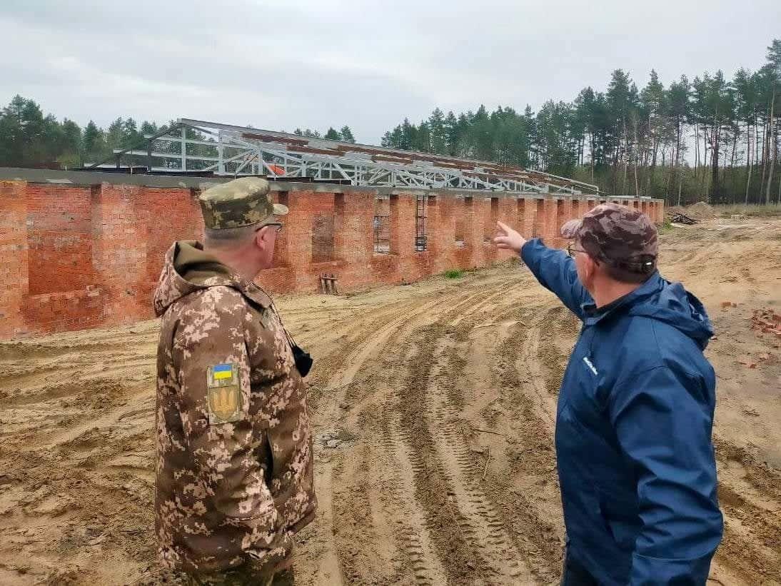 Процес будівництва нової казарми для військовослужбовців у Старичах