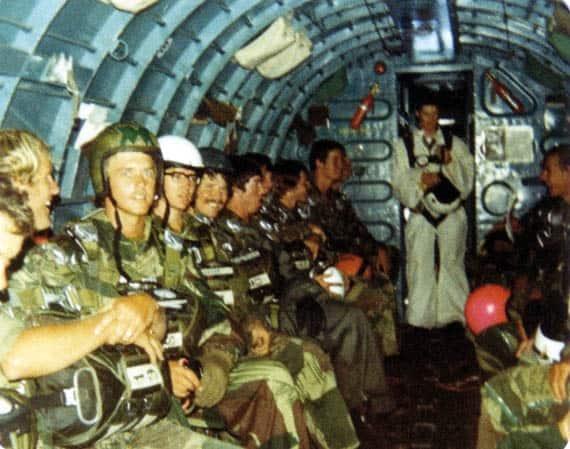 САСівці-курсанти всередині літаку Дакота