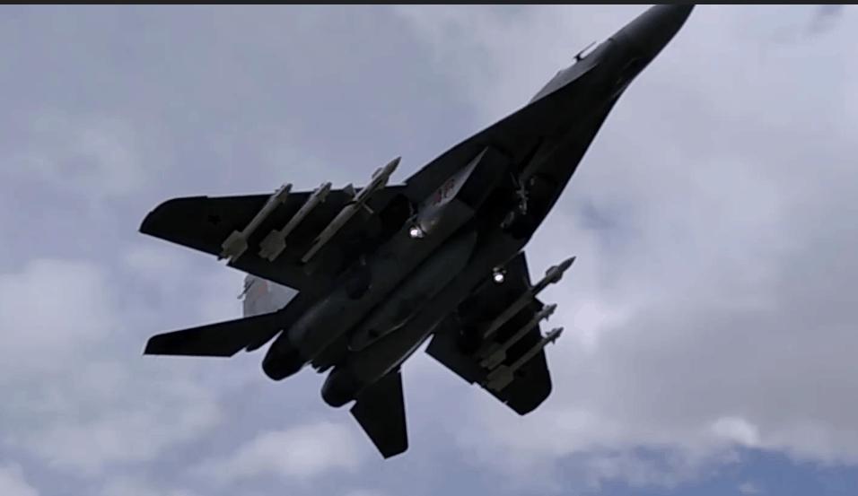 Білоруський винищувач МіГ-29 після перехоплення цивільного літака