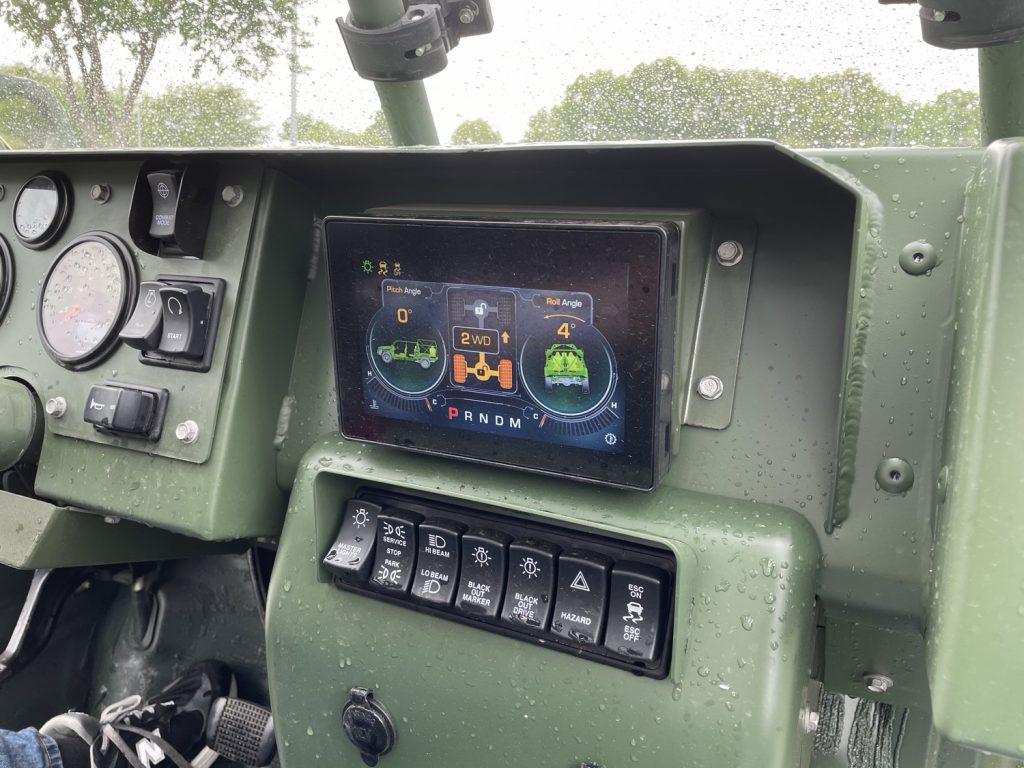 Панель приладів на електричному ISV від GM Defense (1)
