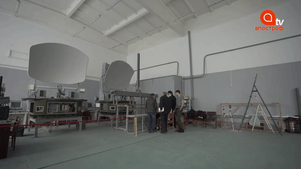 """Дві станції багатофункціонального радіолокаційного комплексу """"Мінерал-У"""" на заводі """"Радіовимірювач"""", кадр відео Security Talks"""