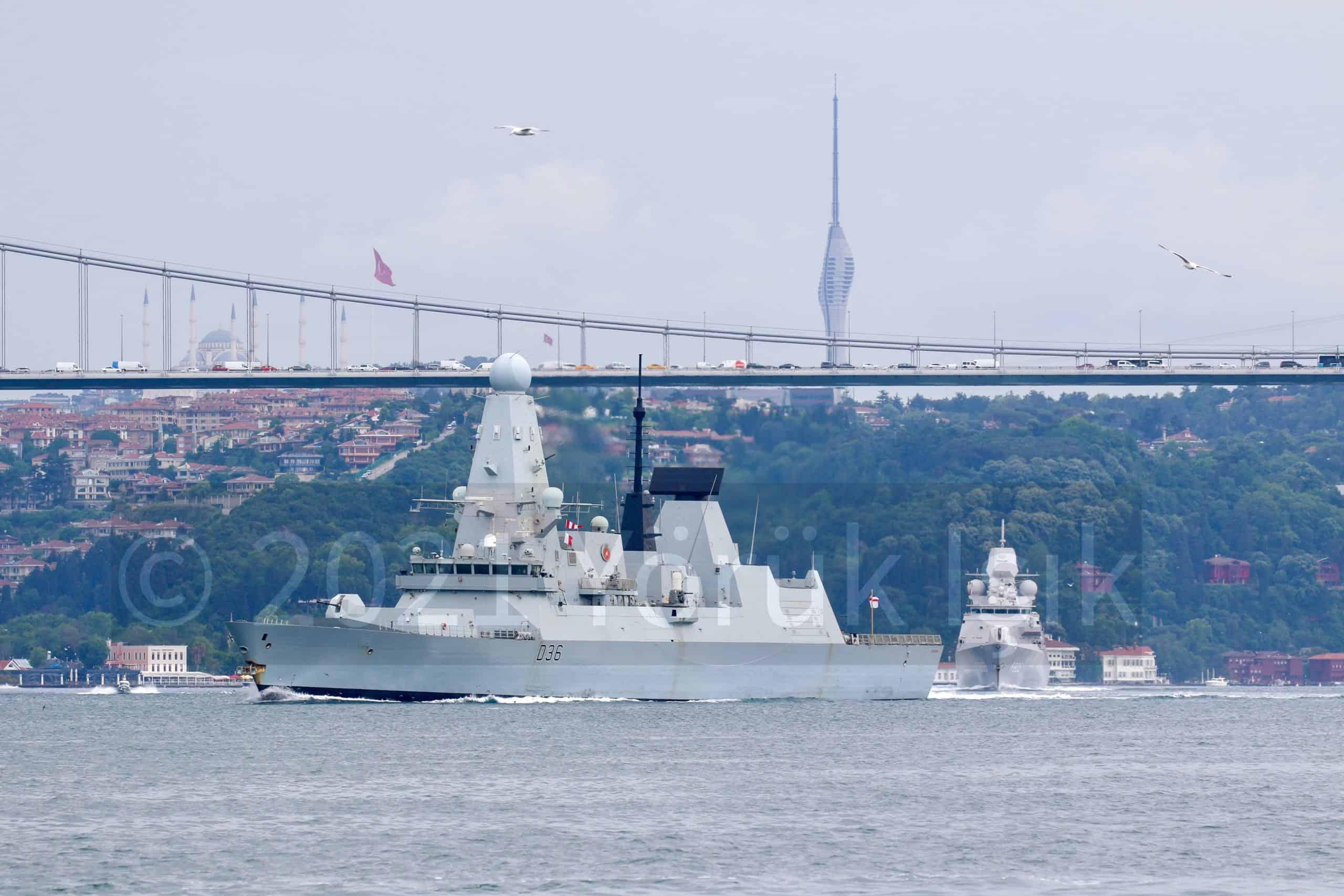 Есмінець Defender (D36) з Великої Британії та фрегат Evertsen (F805) з Нідерландів під час переходу Босфору