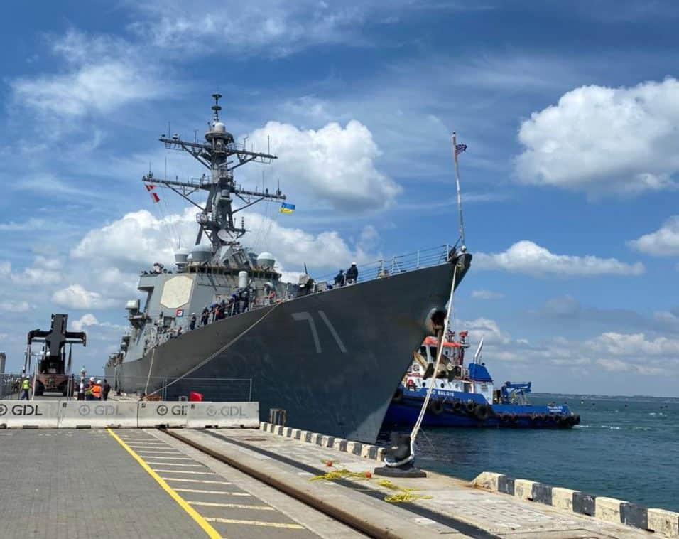 Ракетний есмінець USS Ross (DDG 71) в Одесі 27 червня 2021 року