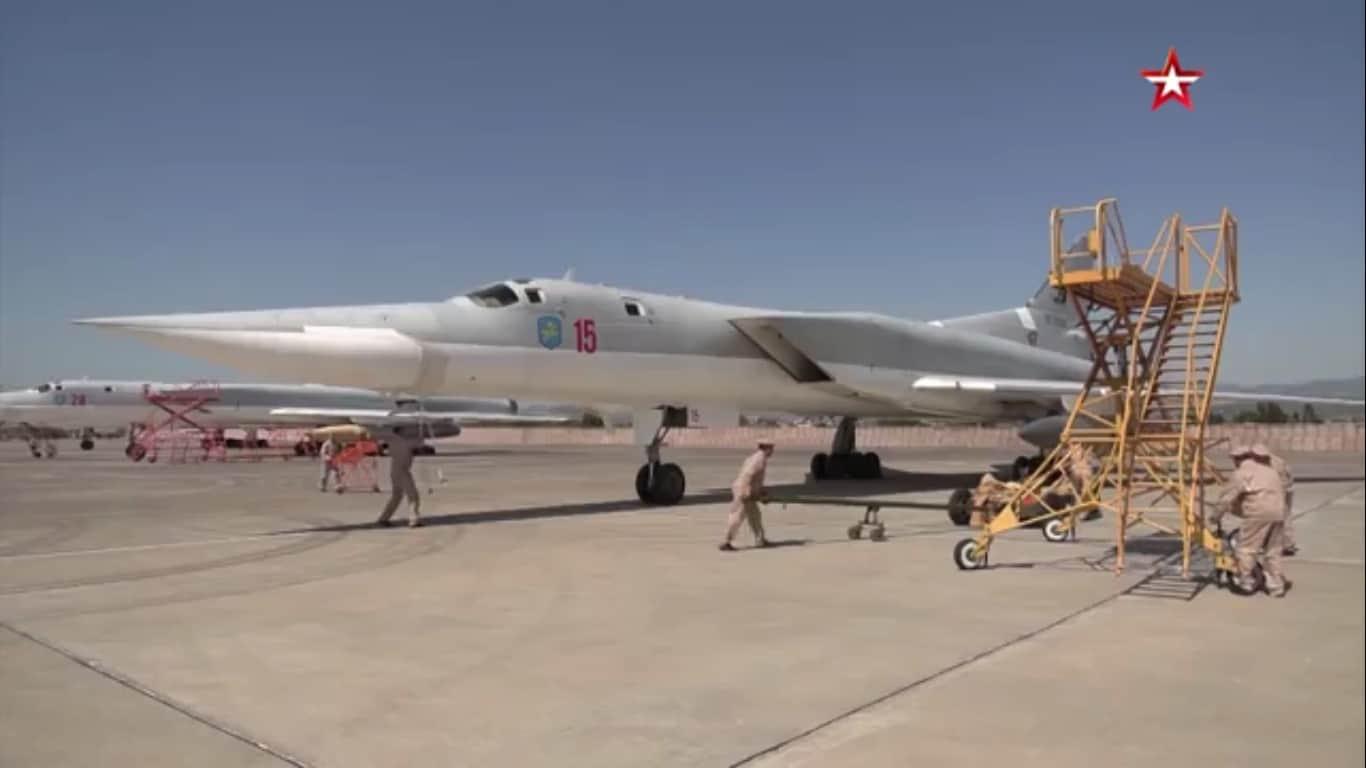 Російські бомбардувальники Ту-22М3 на авіабазі Хмеймім у Сирії