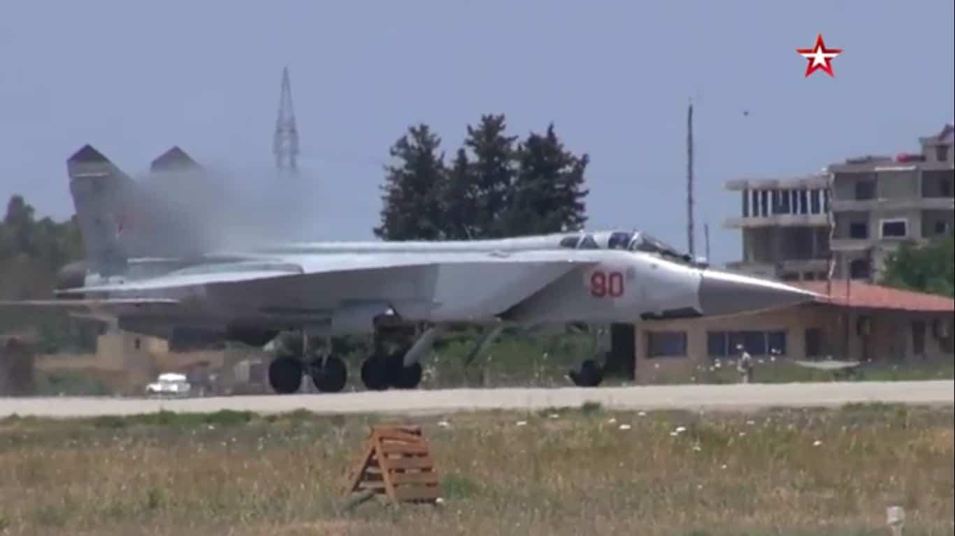 Російський МиГ-31К з бортовим номером «90 червоний» на авіабазі Хмеймім у Сирії