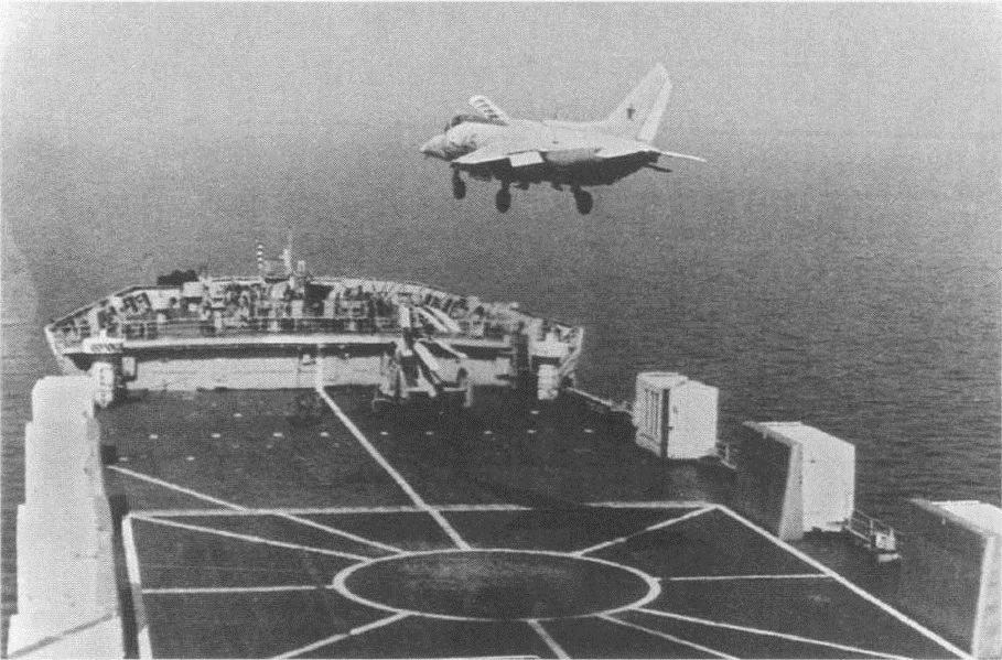 Старт літака Як-38М з палуби контейнеровоза «Агостиньо Нето»