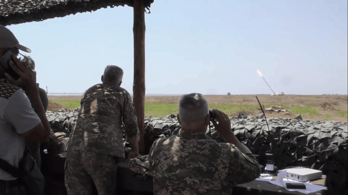 Стрільба з БМ-21 «Град» снарядом «Тайфун-1» на полігоні «Алібей»
