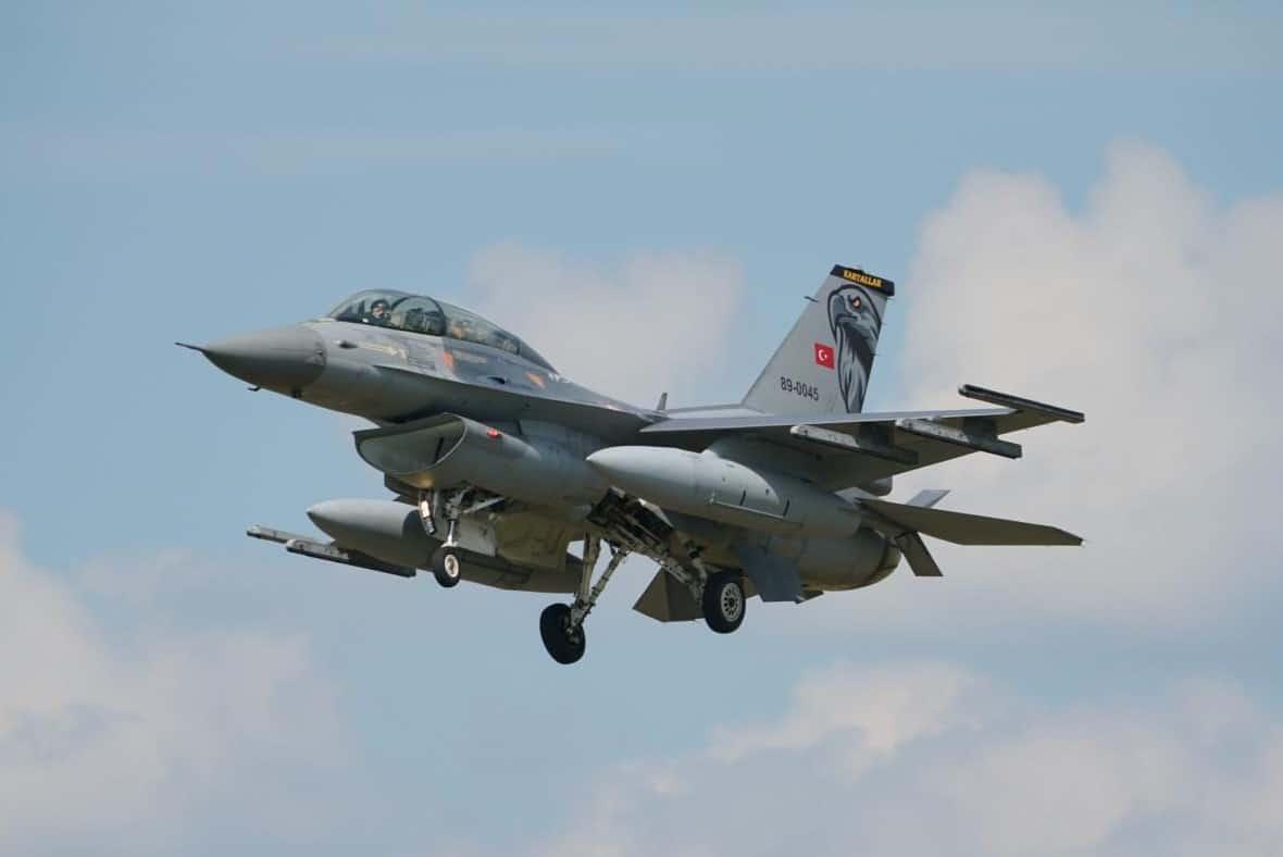 Турецький багатоцільовий винищувач F-16 на авіабазі в Польщі