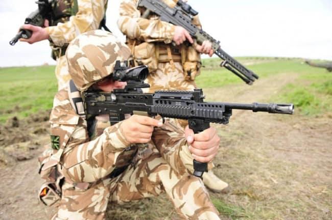 Британський військовий з автоматом L85A2