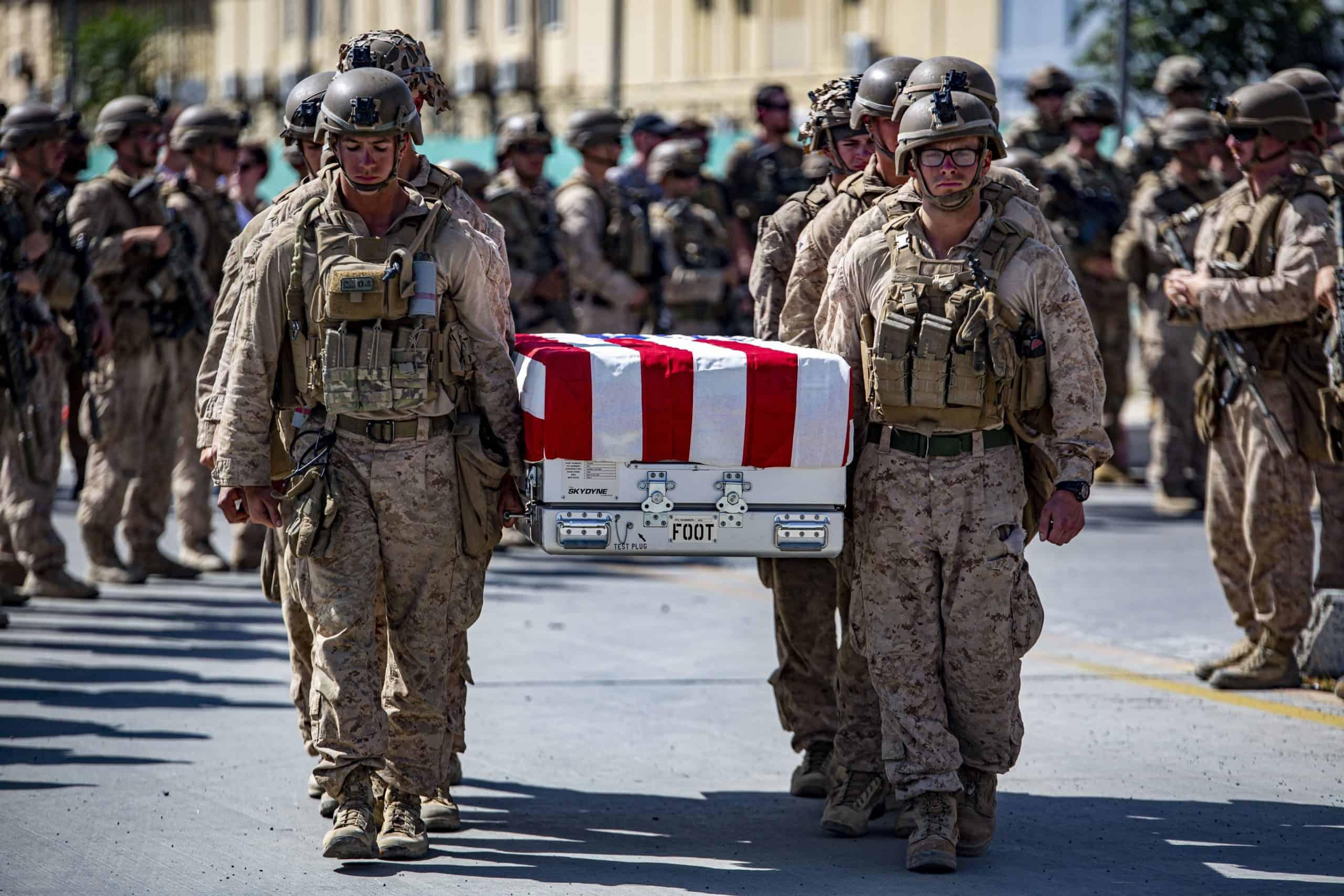 Військові США несуть труну військовослужбовців, які загинули в Афганістані. Серпень 2021. Фото: Армія США