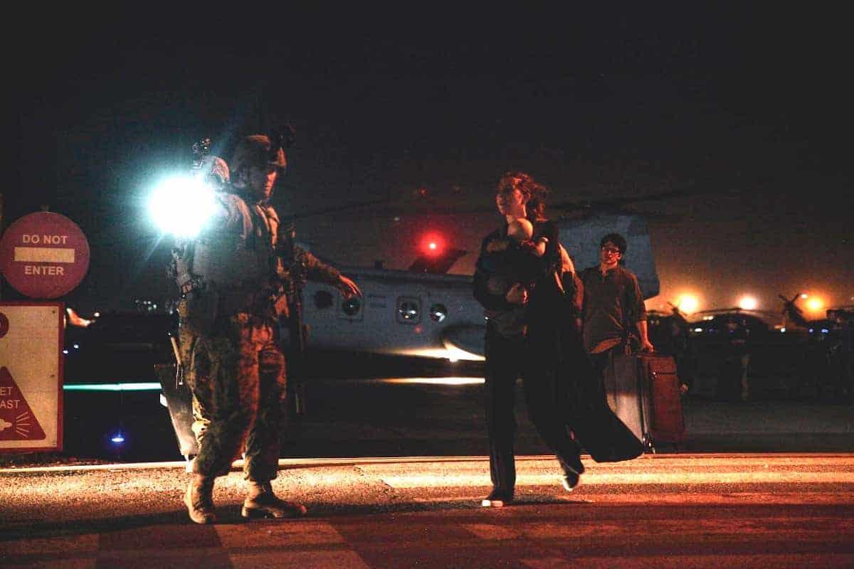 Гелікоптер CH-46E Sea Knight у аеропорту Кабула