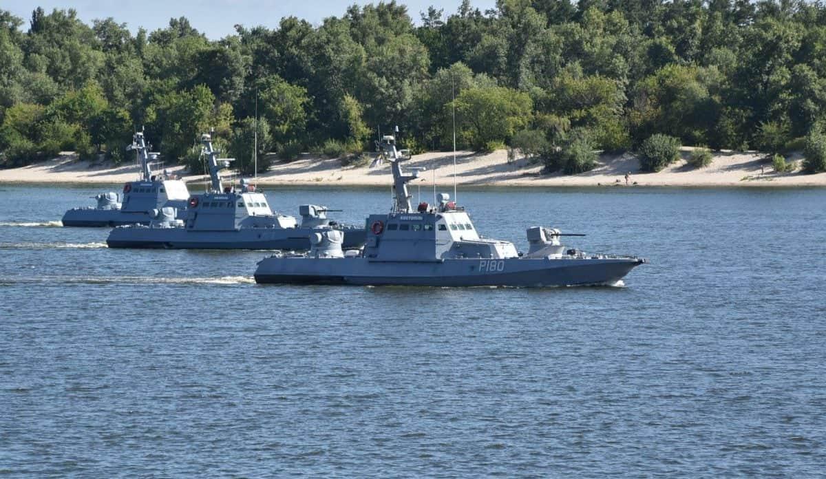 Малі броньовані артилерійські катери «Бердянськ», «Нікополь» та «Костопіль» на Дніпрі