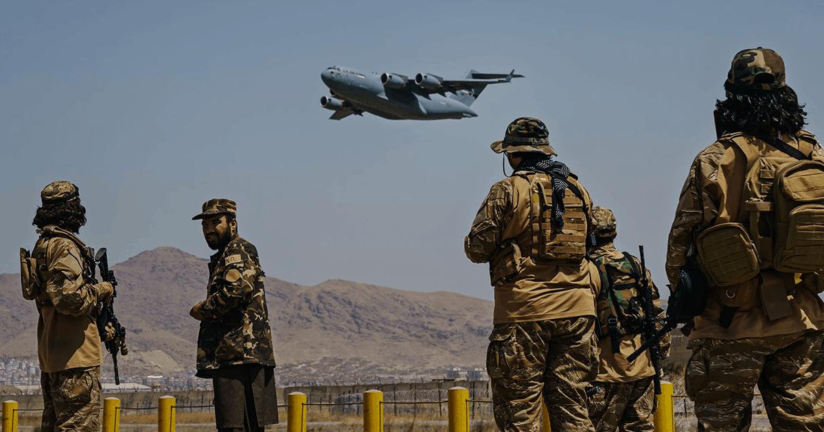 Бойовики Талібану спостерігають за евакуацією літаком. Фото: Marcus Yam