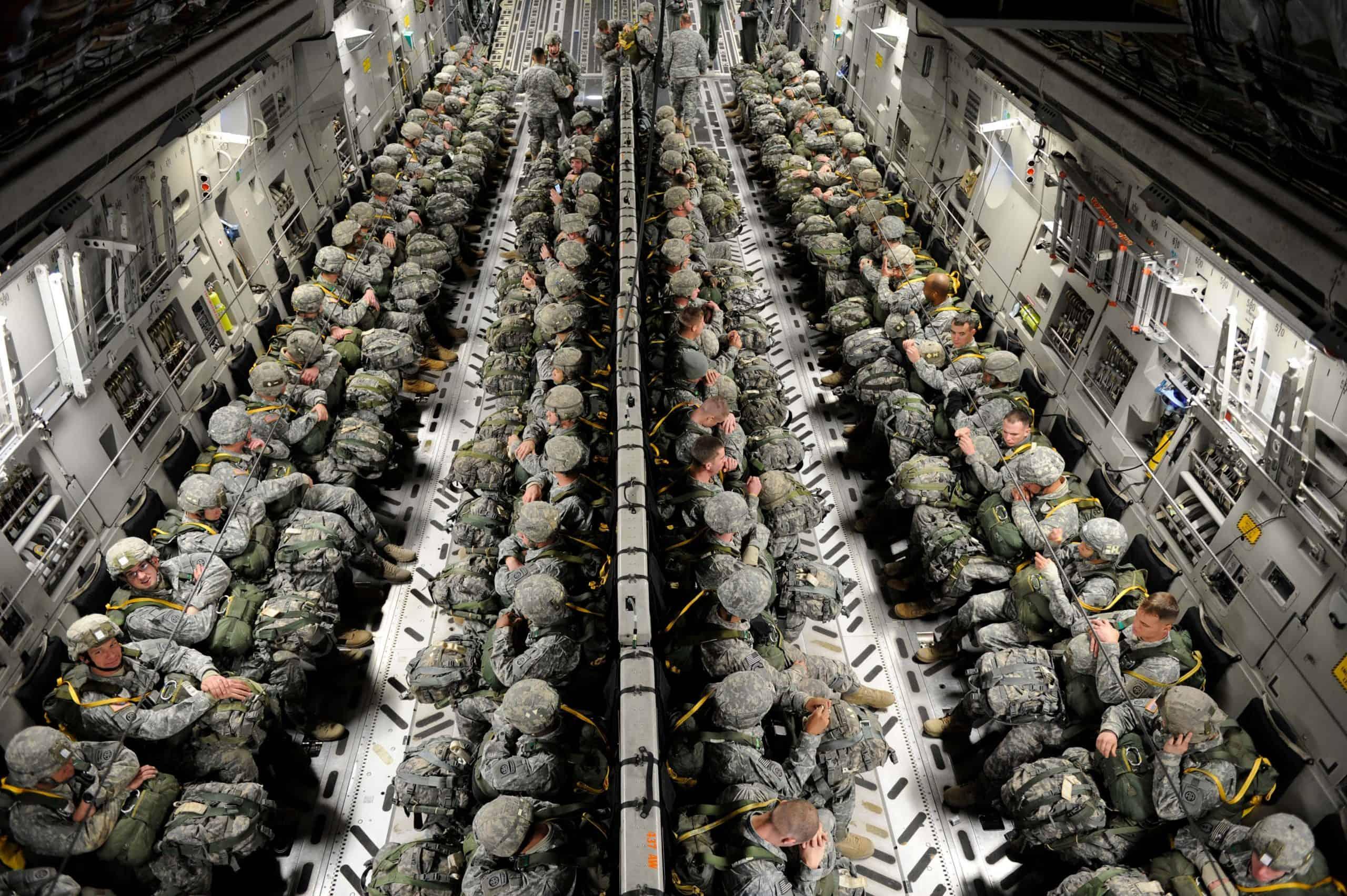Стандартне розміщення десантників на борту літака C-17