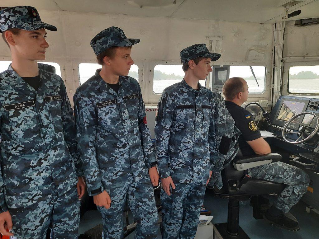 Вихованці Черкаської школи юних моряків на борту одного з МБАКів