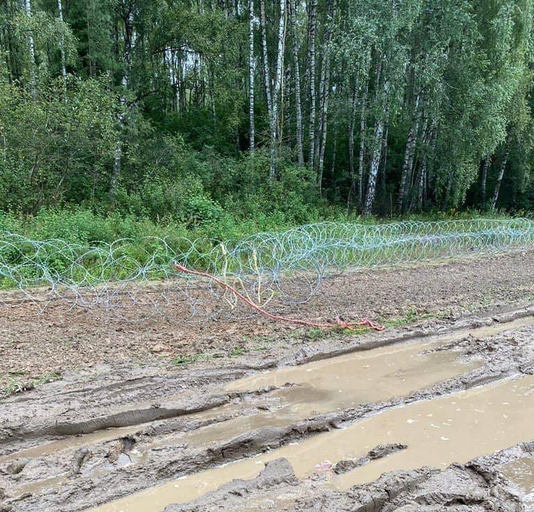 Зруйнована огорожа на кордоні Польщі та Білорусі
