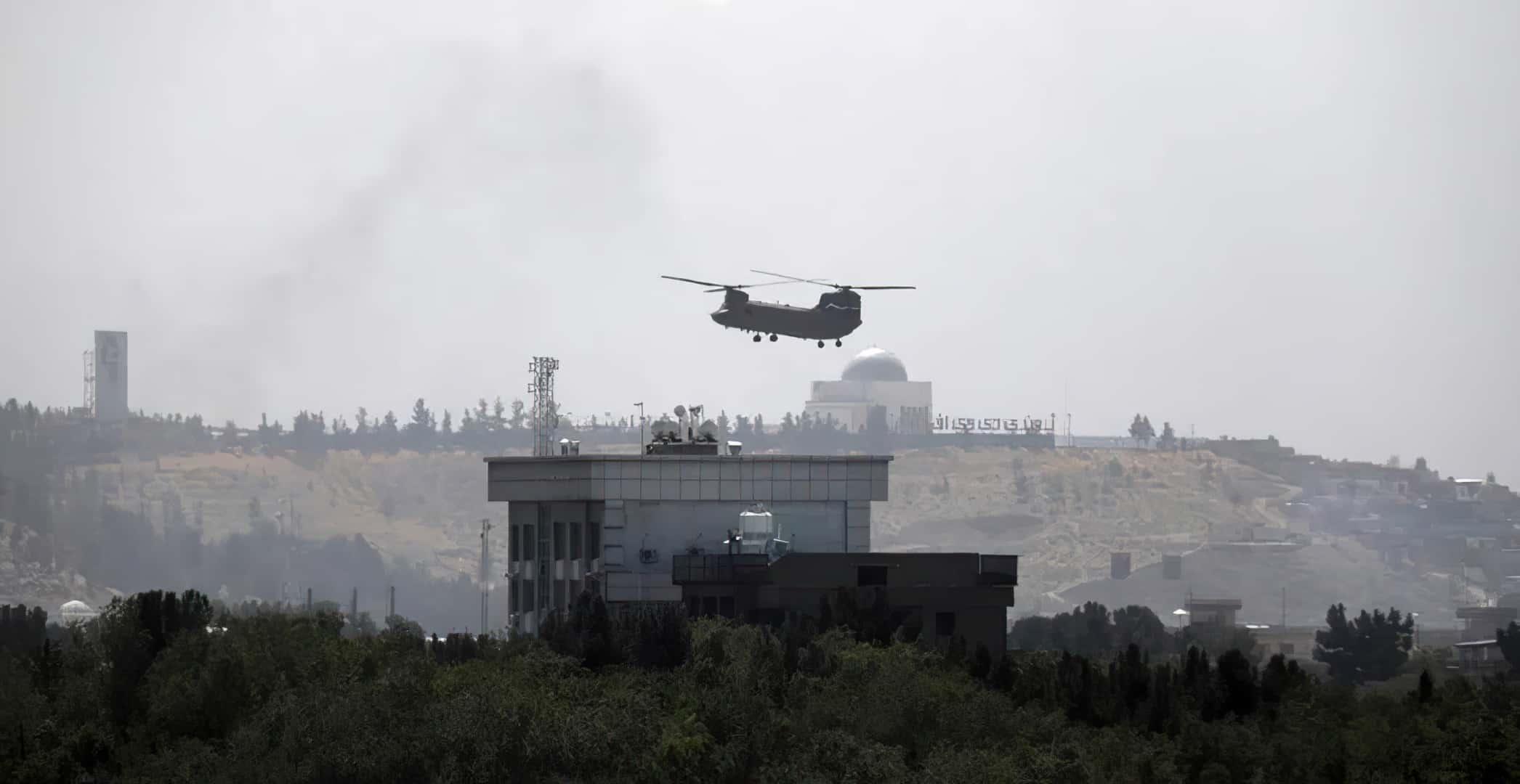 15 серпня 2021 року CH-46 над американським посольством в Кабулі, Афганістан