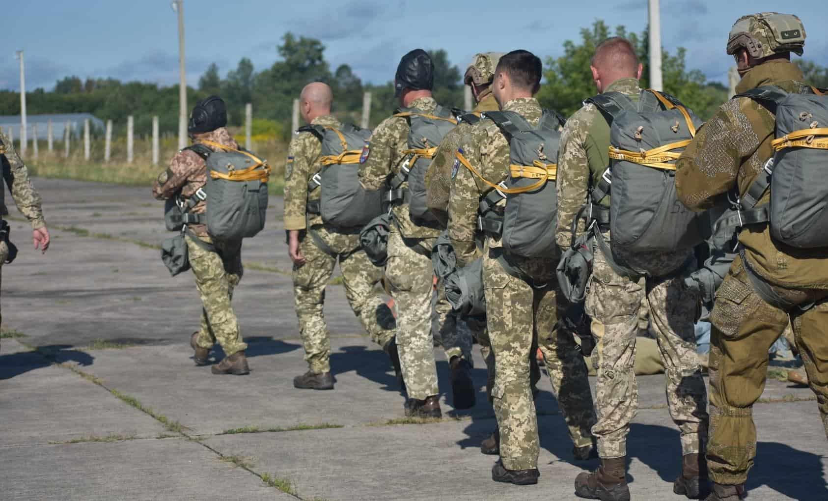 Військові з новими парашутами. Вересень 2021. Фото: ЗСУ