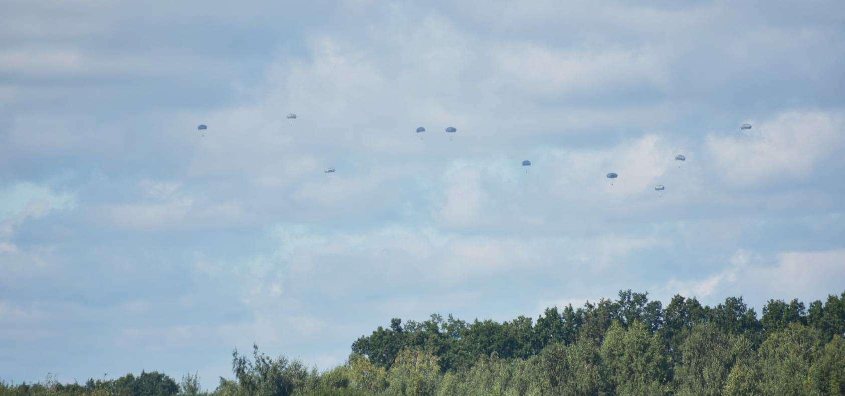Військові випробовують парашутну систему Т-11 стрибками з Ан-26. Вересень 2021. Фото: ЗСУ