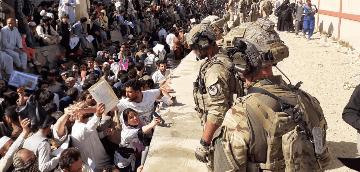 Афганці намагаються потрапити в аеропорт Кабулу. Фото: Getty Images