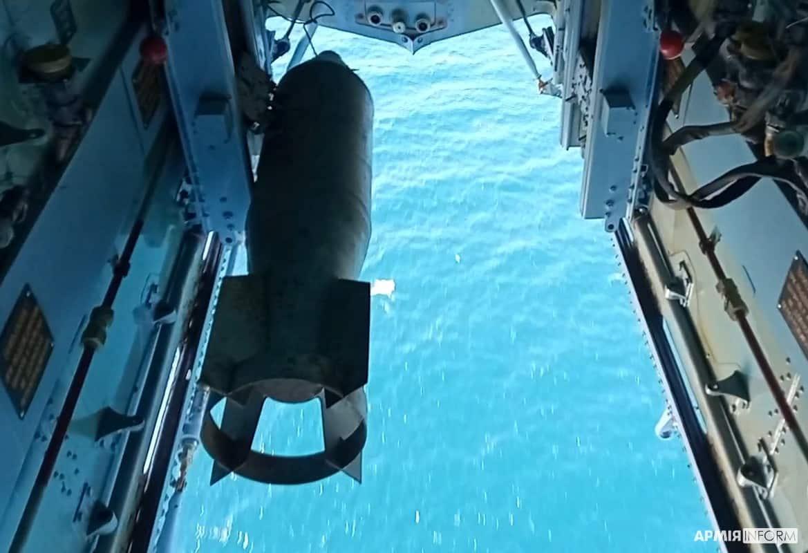Скидування авіаційної бомби з гелікоптера Мі-14 10-ї морської авіаційної бригади