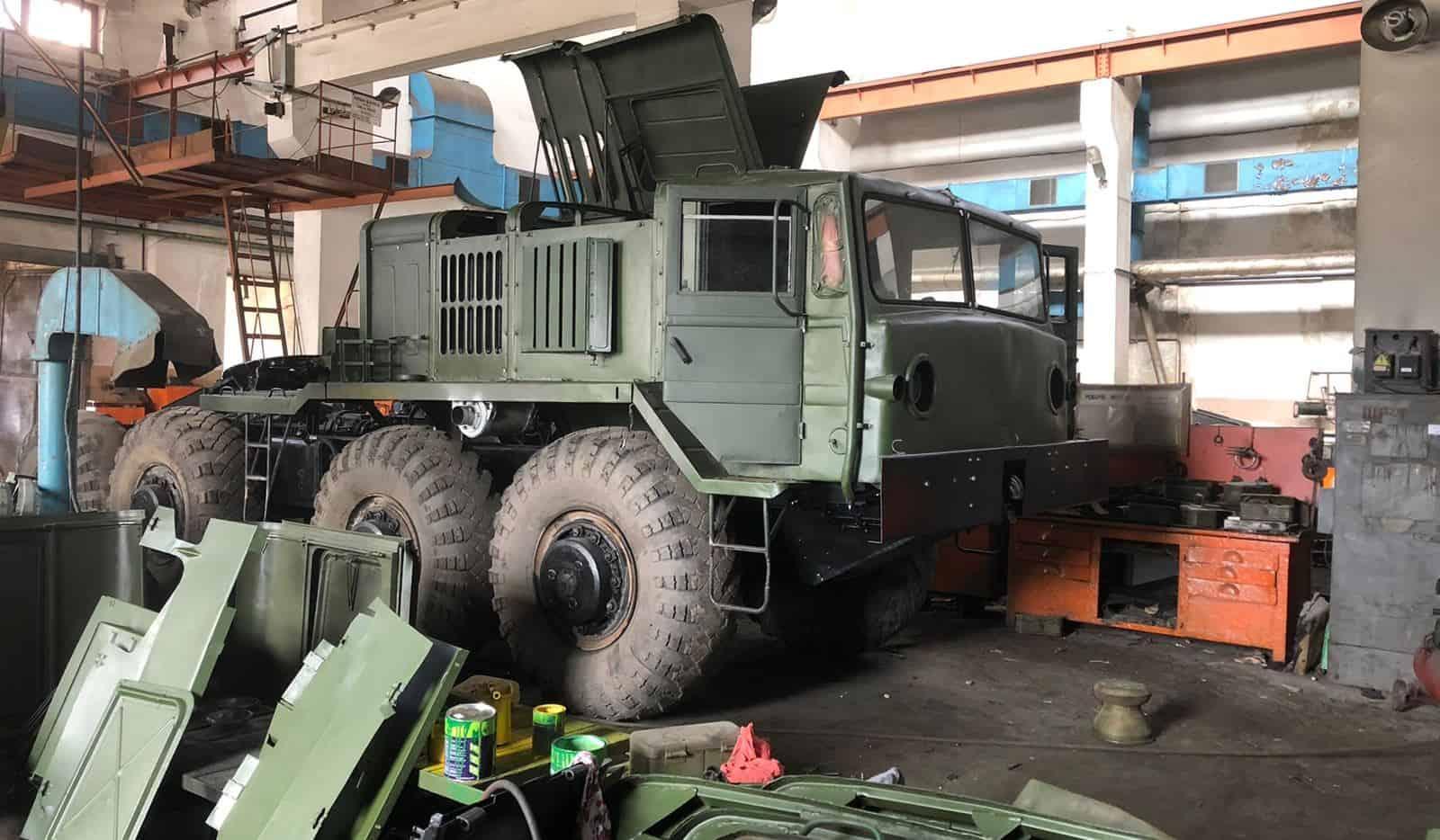 Колісні тягачі МАЗ-537 проходять ремонт на Харківському автомобільному заводі. Вересень 2021. Фото: Укроборонпром
