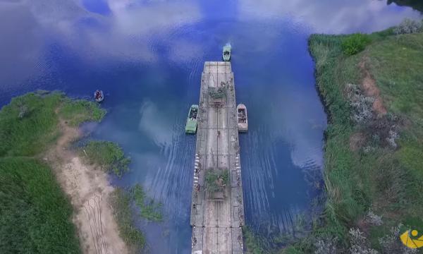Військове телебачення відзняло атмосферне відео з навчань по переправі через водну перешкоду танкового підрозділу у зоні проведення АТО