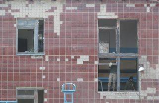 Бійці ЗСУ та НГУ допомагають місцевим мешканцям у Балаклії ліквідовувати наслідки вибухів на артскладах.