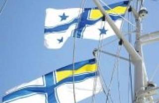 Над штабом ВМСУ підняли найбільший прапор